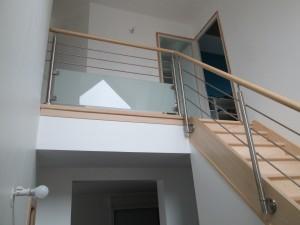 Escalier avec soubassement en verre opaque