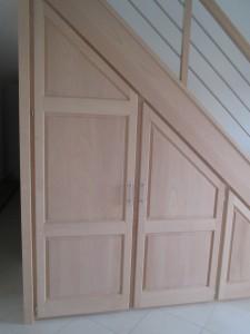 Portes de placard en bois sous escalier