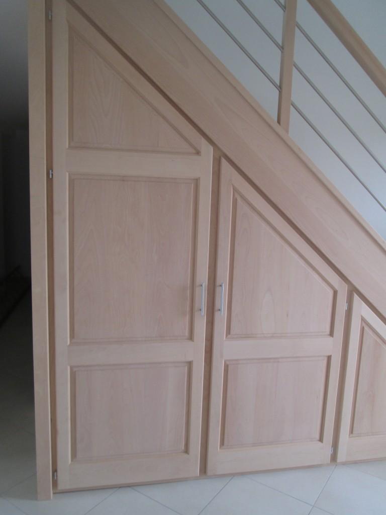 le rangement sous escalier un placard tendance. Black Bedroom Furniture Sets. Home Design Ideas