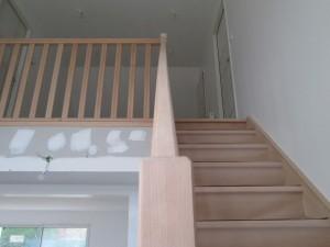 Escalier en bois posé dans une maison