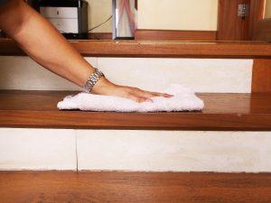 nettoyage d'un escalier bois