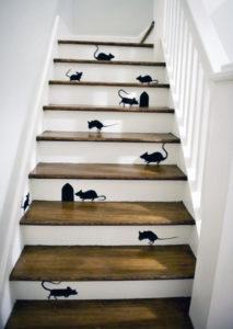 Escalier décoré grâce à des peintures